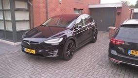 De voorzijde van een Tesla Models 90D stock foto