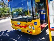 De voorzijde van gele Metro bus is hoge frequentie, het netwerk van de hoge capaciteitsbus in Adelaide stock afbeelding