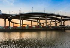 De voorzijde van het de kruisingswater van het wegviaduct met de achtergrond van de zonsonderganghemel Stock Foto