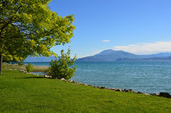 De voorzijde van het Gardameer in Sirmione, Lombardije, Italië stock afbeeldingen