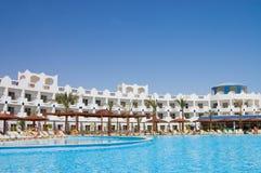 De voorzijde van het hotel met pool Stock Foto