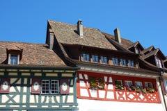 De voorzijde van het huis in kleine stadsStenen bierkroes am Rijn, Switzerlad Stock Fotografie