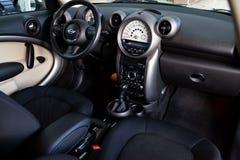 De voorzijde van het passagierscompartiment binnen, passagierszetels van de versie van Mini Cooper Countryman 2012 stock foto's