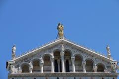 De voorzijde van de Kathedraal van Pisa ter ere van de Veronderstelling van Th stock foto's