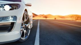 De voorzijde van de sportwagen de rug is de woestijn Stock Fotografie