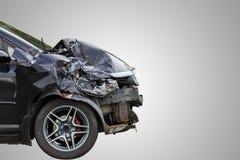De voorzijde van zwarte auto wordt per toeval beschadigd op de weg Geïsoleerde stock afbeeldingen