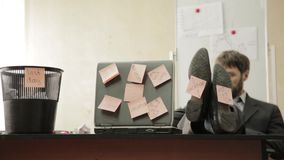 De vorige dag op het werk, zakenman in bureau werpt documenten in vuilnisbak, dromen van vakantie stock video