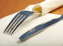 De vork en een mes liggen op servet Stock Foto's