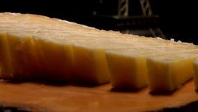 De vork neemt een stuk van harde kaas stock footage