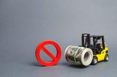De vorkheftruck draagt een grote bundel van dollars en rood symbool nr Beperkingen op de uitvoer van hoofd, Economische druk stock foto