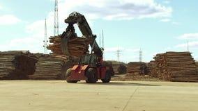 De vorkheftruck draagt in metaalgrepen brandhout, vaste brandstof voor boilers