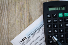De vorm en de calculator van de belastingsvoorbereiding op houten raad Royalty-vrije Stock Foto