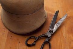 De vorm op hoeden met naalden en powl bewerkt sh de hoedenmaker van de hoedenmaker Stock Foto