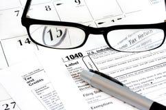 De Vorm van de Belastingaangifte van het inkomen, Kalender, Glazen Stock Afbeeldingen
