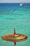 De vorm van de mening het overzeese strand tijdens hete de zomerdag Stock Afbeeldingen