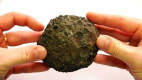 In de vorm van een onregelmatige cirkel, een mineraal van vulkanische oorsprong stock footage