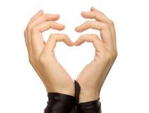 De vorm van hart die door vrouwelijke handen gestalte wordt gegeven. Stock Fotografie