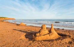de vorm van het beeldhouwwerkkasteel die met strandzand wordt gemaakt Stock Fotografie