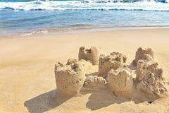 de vorm van het beeldhouwwerkkasteel die met strandzand wordt gemaakt royalty-vrije stock afbeelding