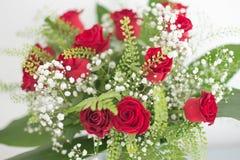 De vorm van het bloemenboeket omhoog legt vlak rode rozen op witte achtergrond Royalty-vrije Stock Afbeeldingen