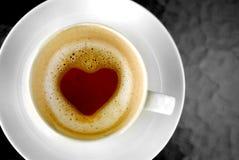 De vorm van het hart binnen hete koffiekop Stock Fotografie