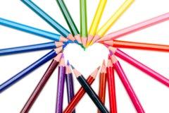 De vorm van het hart de kleurenpotloden op witte achtergrond royalty-vrije stock afbeeldingen