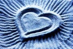 De Vorm van het hart op Blauw Zand Stock Foto