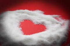 De vorm van het hart in suiker op rood Royalty-vrije Stock Foto