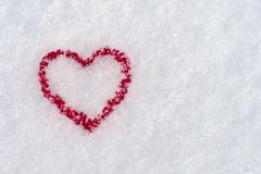 De vorm van het rode hart in de sneeuw in de winter, 14 Februari - Stock Foto's
