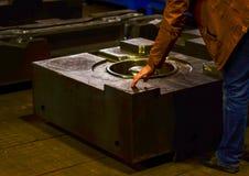 De vorm van de hoge precisiematrijs voor het gieten van automobielaluminiumdelen maakt met het staal van het ijzermetaal royalty-vrije stock afbeelding