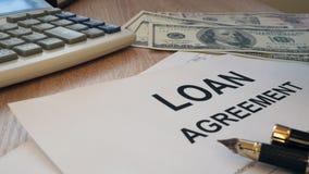 De vorm van de leningsovereenkomst De tellende dollars van de mens stock video