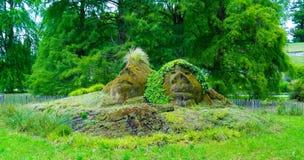 De vorm van twee gezichten in het gras op het Eiland Mainau in het centrum van Europa stock afbeeldingen