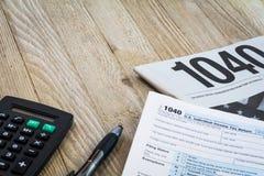 De vormen van de belastingsvoorbereiding op houten lijst Stock Fotografie