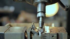 De vormen van het boormalen uit een metaalstuk op een CNC machine stock videobeelden