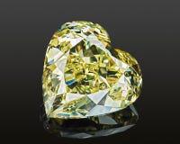De vormhart van de luxe die sneed het gele transparante fonkelende halfedelsteen diamant op zwarte achtergrond wordt geïsoleerd stock foto