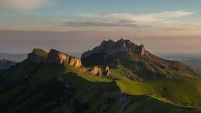 De vorming en de beweging van wolken over de de zomerhellingen van Adygea Bolshoy Thach en de Bergen van de Kaukasus stock footage