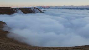 De vorming en de bewegingen van wolken tot de steile hellingen van de bergen van de Centrale pieken van de Kaukasus stock footage