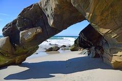 De vorming van de strandrots op het Strand van de Sialiacanion in Zuidenlaguna beach, Californië Stock Foto