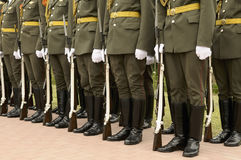 De vorming van militairen in kleding paradeert eenvormig. Stock Fotografie