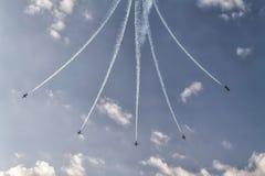 De vorming van vijf vliegtuigen in de hemel bij een lucht toont Royalty-vrije Stock Foto's