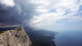 De vorming van wolken tussen de bergen en het overzees De Zwarte Zee De zomer Timelapse stock videobeelden