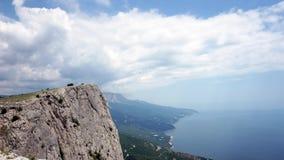 De vorming van wolken tussen de bergen en het overzees De Zwarte Zee De zomer Timelapse stock footage
