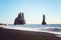 De vormingen van de basaltrots in de Atlantische Oceaan op zuidenkust van IJsland stock foto's