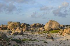 De Vormingen van de kalksteenrots op het Witte Zandstrand van Aruba stock afbeelding