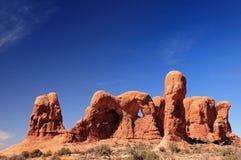 De vormingen van de rots in een woestijnlandschap stock foto's