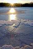 De Vormingen van het ijs op Vijver bij Zonsondergang stock afbeelding