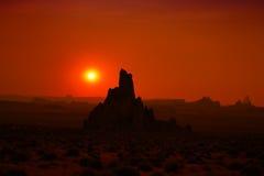 De vormingssilhouetten van de rots tijdens zonsondergang royalty-vrije stock afbeelding