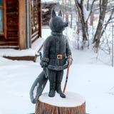 De Vos is een symbool van Surgut Het beeldhouwwerk van een Vos in het beeld van een Kozak met ranselt en een sabel royalty-vrije stock afbeeldingen