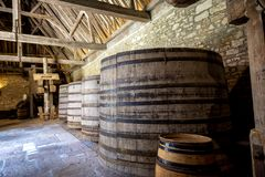 De Vougeot Chateau du Clos Alte Fässer einer Weinkellerei Cote de Nuits, Burgunder, Frankreich stockbild
