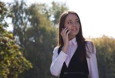 De vraag van het meisje telefonisch en glimlach Royalty-vrije Stock Foto's